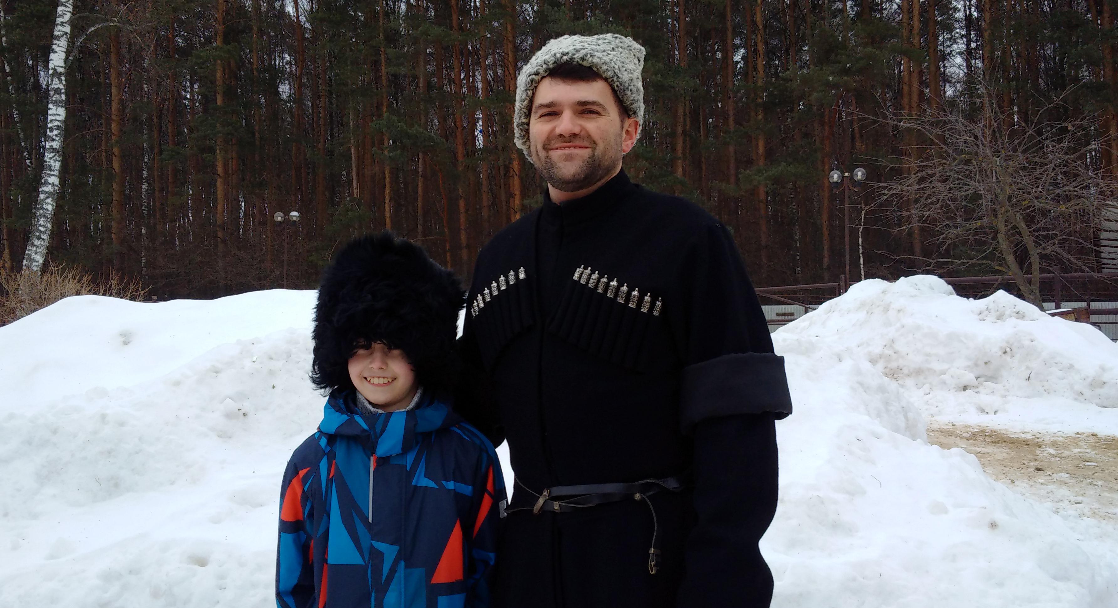 сын воображает, что он тоже стоит в черкеске!