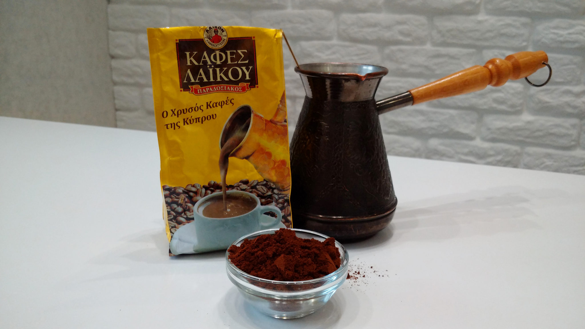 чашка кофе с бриллиантовой пылью